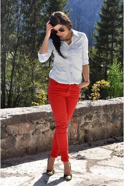 calça vermelha camisa
