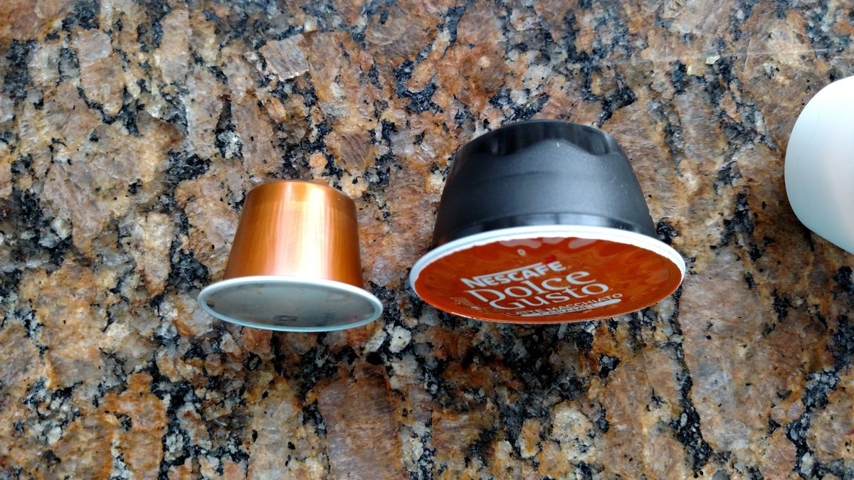 Comparação do tamanho de uma cápsula da Nespresso (esq) com uma cápsula da Dolce Gusto (dir)